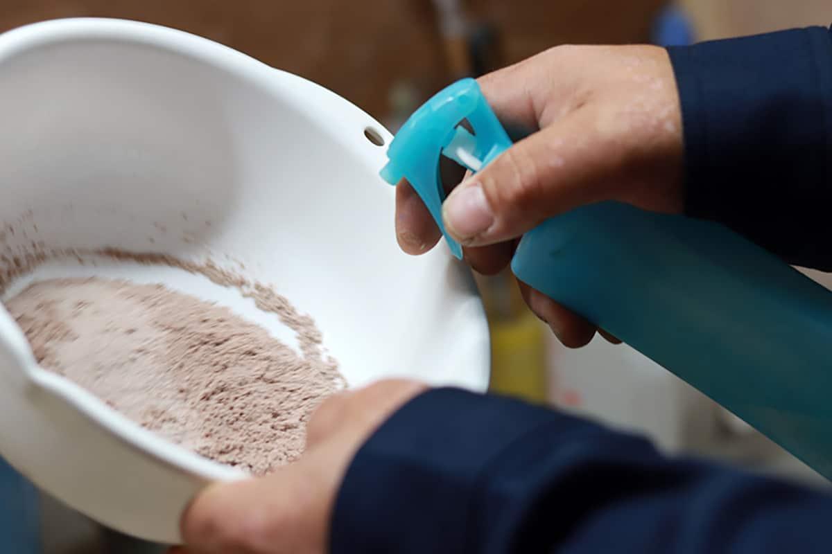 粉末を若干湿らせてから型に入れた方が、焼成後表面が滑らかになります。