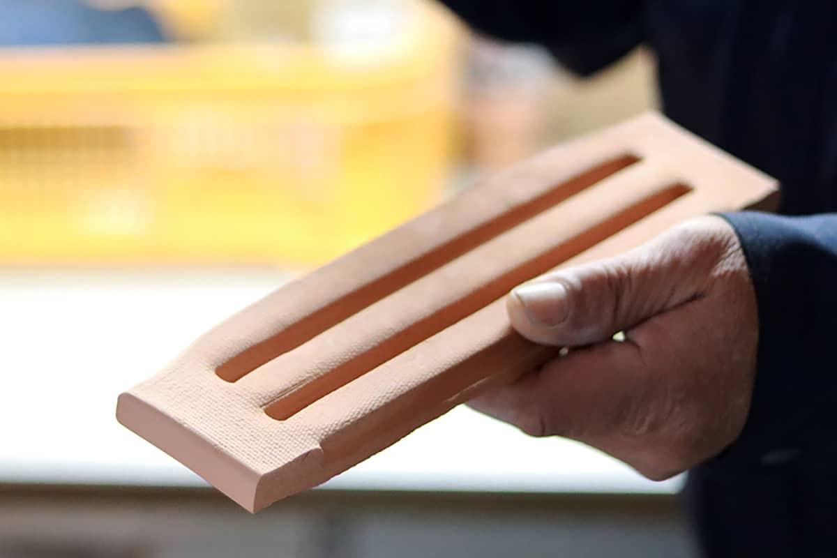細い棒形状をつくる時に使用する型です。香りをしみ込ませて、デフューザーとして使用するプロダクトです。