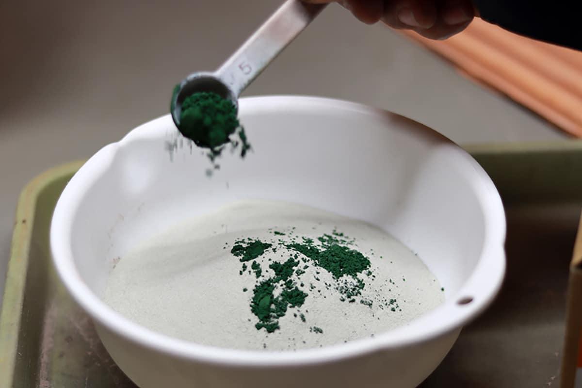 【スーパーソル】自体に釉薬を配合している様子です。